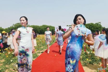 5月16日,日照花仙子风景区,旗袍爱好者在日照分会场进行旗袍展示.