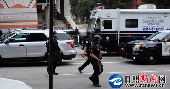 美国加州大学洛杉矶分校6月1日发生枪击事件,图为警方在案发现场。照片由加州大学洛杉矶分校学生提供。   美国加州大学洛杉矶分校1日确认,该校工程学院当天发生枪击事件,两人死亡,其中一人为枪手。当地媒体报道,死者是该校一名教授,而枪手则是一名研究生。目前尚不清楚枪手作案动机。   白宫方面表示,美国总统贝拉克奥巴马已得知此事,并要求工作人员及时汇报相关动态。   【突发命案】   校方说,当天上午10时左右,警方接到枪击警报。随后,数百名警察、特别武器和战术(SWAT)小组成员和联邦调查人员赶到校园,