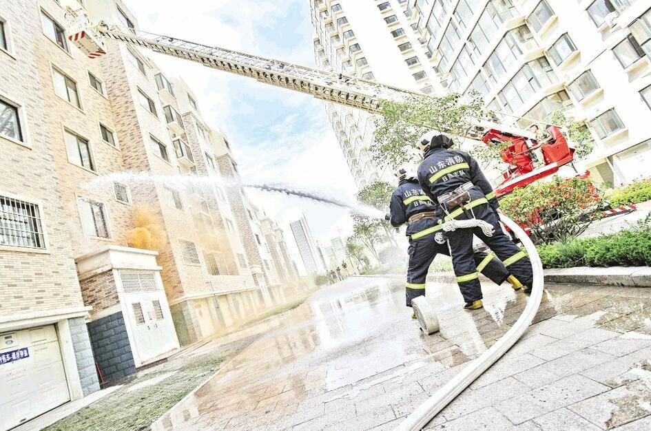 发布时间:2016-09-19 09:20:27    9月18日,我市开展第十七次防空防灾警报试鸣暨疏散掩蔽演练。   当天,日照市人民防空办公室在金马二区组织开展918北京路社区防空防灾疏散演练,消防支队官兵、消防志愿者、市区两级人防办工作人员、医院医护人员和社区居民300余人参加了演练。(记者 冷炳豪 摄)