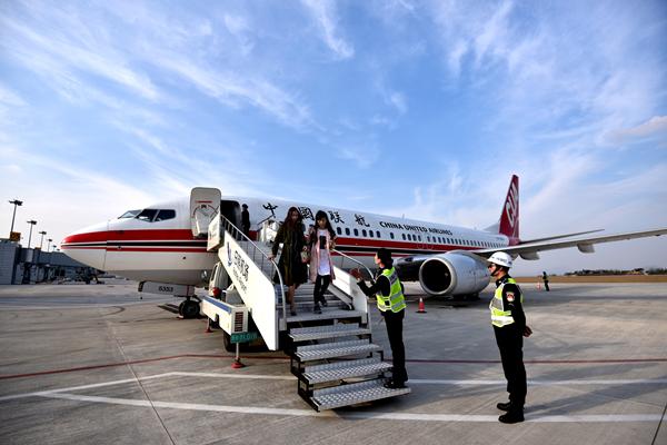 10月30日,来自北京(南苑)机场的kn5857航班降落日照,乘客走下客梯.