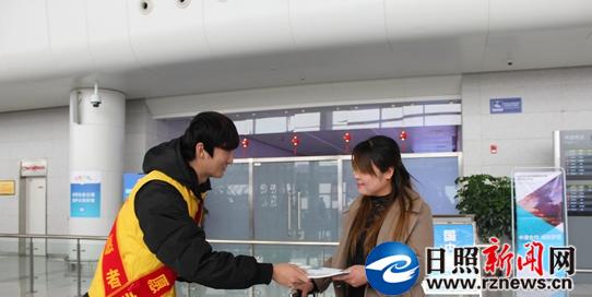 志愿者在飞机场向游客发放宣传文明手册